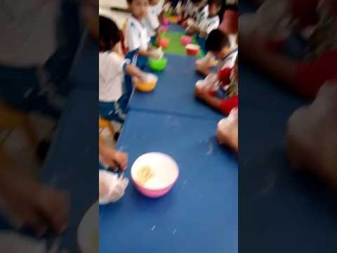 Kegiatan anak-anak PAUD RJK membuat kue sendiri