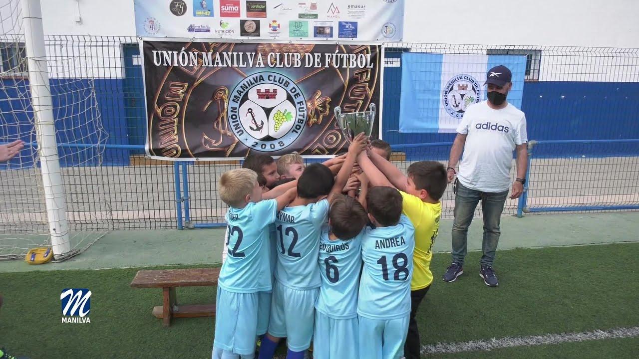 El equipo baby de la U Manilva recibe el trofeo de campeones de liga