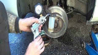 getlinkyoutube.com-Purger / changer le liquide de frein voiture à une personne avec une pompe à dépression Mityvac