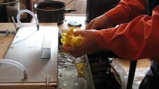 getlinkyoutube.com-Izrada satnih osnova, presa sa vodenim hladjenjem za vosak, mittelwandgussform presa faguri 2