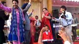 getlinkyoutube.com-dr gill with family doin bhangra on gurdass maans song.mp4