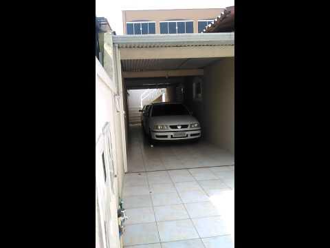 Thais tirando o carro da garagem