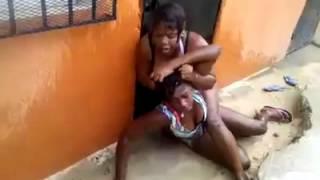getlinkyoutube.com-(Tremendo Pleito !!) Dos Mujeres Se Van A La Trompa Por Unos Pantis