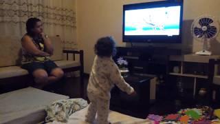getlinkyoutube.com-Sofia assistindo Mister Maker: 15 minutos de palhaçada