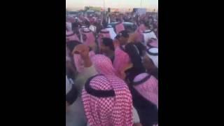 """فيديو – سلطان بن سلمان يتواضع ويرفع """"بوريه"""" رجل أمن سقط على الأرض"""