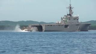 海自輸送艦「しもきた」に着艦するエアクッション型揚陸艇