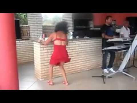 Mulher dançando forró sozinha '' aviãozinho ''