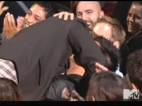 Taylor Lautner Kissing Robert Pattinson - MTV Movie Awards 2011