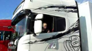 getlinkyoutube.com-Girl parking Scania R620!