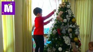 getlinkyoutube.com-Макс наряжает Новогоднюю ёлочку игрушками и декорируем дом Decorating New Year Tree