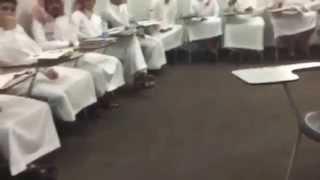"""طلاب يسخرون من مدرس """"الإنجليزية"""" فيتفاجأون بأنه يفهم العربية"""