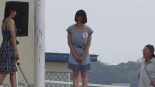 2013年湘南江の島海の女王候補者各自のアピールが終わってステージから降ります