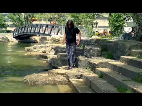 Mit langem Rock und Stiefeln schwimmen (swim fully clothed)