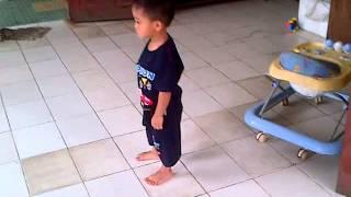 getlinkyoutube.com-video lucu anak kecil (kerasukan) marah-marah dan salto karena kupu-kupunya mati