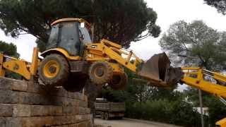 getlinkyoutube.com-Retroescavadora a saltar muro de 3 metros- Algarcava