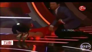 getlinkyoutube.com-Presentadora de TV se le ve todo al caerse, programa en directo. .