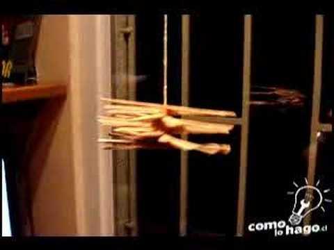 Móvil con palitos de madera