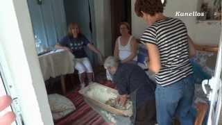 getlinkyoutube.com-Η Μπουγάτσα της κ. Χαρίκλειας από τον Δρυμό από KANELLOS MAVRAGANIS.