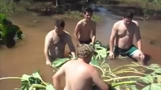 getlinkyoutube.com-Bawili się w wodzie i odetkali dziurę, która ich WCIĄGNĘŁA!
