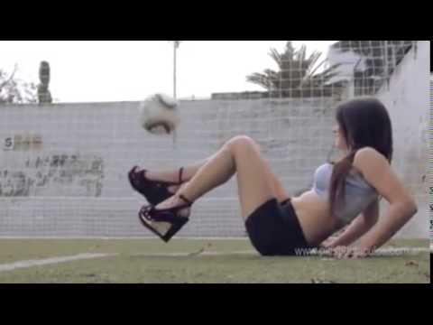 Modelo argentina ardiente dominando un balón