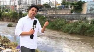 getlinkyoutube.com-Vídeo mostra homem sendo levado por enxurrada durante chuva em SP