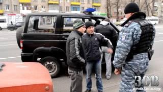 """getlinkyoutube.com-Беркут """"шмонает"""" автомобиль """"чётких пацанов"""""""