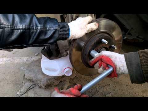 Как заменить шпильку переднего колеса Ниссан Лафест