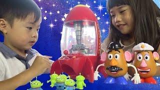 getlinkyoutube.com-トイストーリー スペースクレーン ディズニー おもちゃ Disney Crane game Green Men Toy
