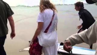 getlinkyoutube.com-Lady goes crazy at Venice beach over stingray catch