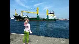getlinkyoutube.com-Girl honks at ship