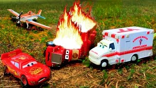 getlinkyoutube.com-Disney Pixar Cars Lightning McQueen Saves Red Mack Hauler Giant Crash Starts Fire Disney Toy Story
