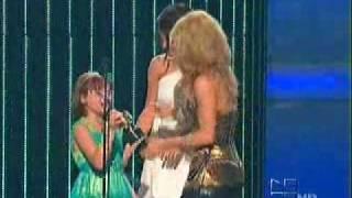 getlinkyoutube.com-Shakira receiving an Award by Selena Gomez on Premios Juventud  JULY 15 2010 ( FAVORITE VIDEO AWARD)