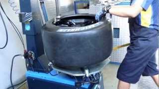getlinkyoutube.com-ミシュラン MICHELIN TIRES  ファクトリーチーム   タイヤ交換の方法