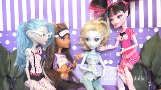 getlinkyoutube.com-MH FUNNY PAJAMA PARTY!!! POOR CLAWD!! THE GHOULS PLAY A TRICK ON HIM - Monster High Stories