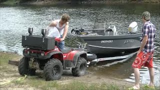 getlinkyoutube.com-Honda Foreman 400 Launching big boat!
