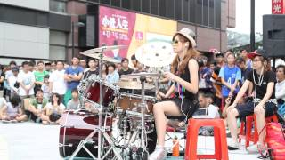 getlinkyoutube.com-Garota taiwanesa arrasa na bateria - Toxicity - Drum Cover