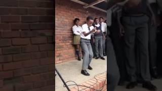 Wanafunzi wa Chuo wakicheza nyimbo ya darasa mpya