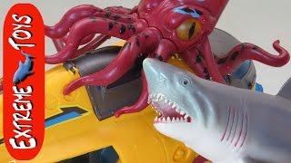Bathtub Submarine Adventure! What Sea Animal Toys are in the Tub?