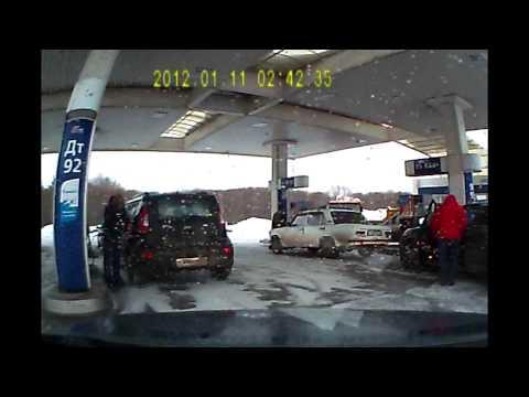 Девушка закрывает бензобак.