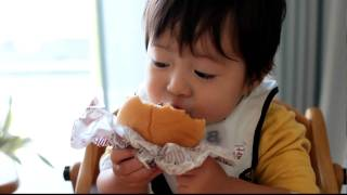 getlinkyoutube.com-世界一ハンバーガーをおいしそうに食べる1歳児