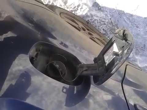Видео: Как открыть крышку и лючок бензобака в Mitsubishi Outlander XL?