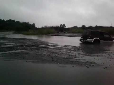 Нива тащит паджеро с реки