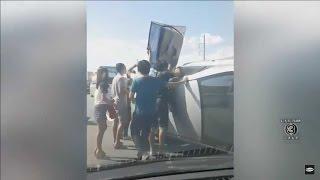 getlinkyoutube.com-เรื่องเล่าเช้านี้ ชาวเน็ตชื่นชม กลุ่มพลเมืองดีระดมกำลังช่วยคนเจ็บติดในรถ