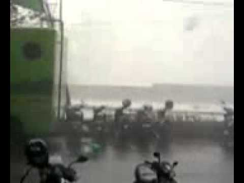 Badai Tornado Taman Bungkul Surabaya Part1