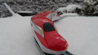 getlinkyoutube.com-ダイソープチ電車シリーズ E6系スーパーこまちで雪の中を走ってみました。プラレールじゃないよ!