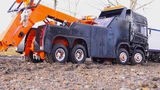 getlinkyoutube.com-RC ADVENTURES - SCANiA R560 Wrecker 8x8 towing a KiNG HAULER Semi-trailer Truck