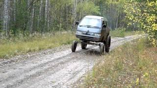奥からやって来た車の前輪が小さい、後輪はでかすぎるw