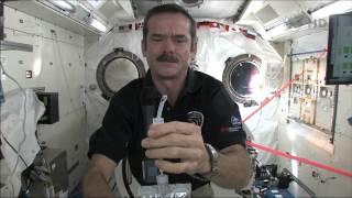 getlinkyoutube.com-Chris Hadfield montre comment les astronautes se lavent les mains en apesanteur