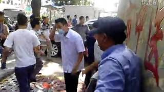 getlinkyoutube.com-Fight outside hospital in Guangdong, China