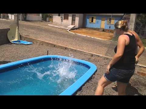 Mamãe se afogando na piscina kkk